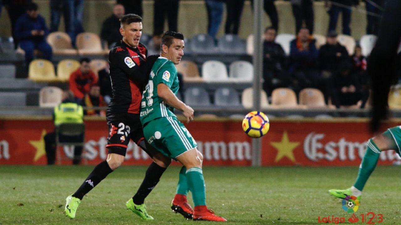 Anquela Lorca Real Oviedo Horizontal.Saúl Berjón protege un balón ante Tito