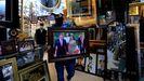 El dueño de una tienda sostiene una fotografia del rey Abdablá II, en Amán