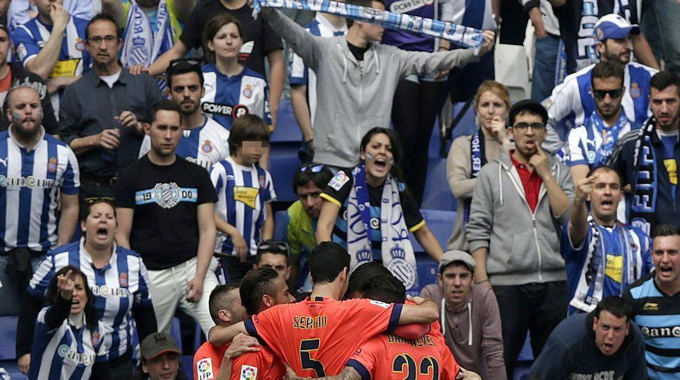 Dani Alves no aclara su futuro en el Barça.El defensa del Levante Toño disputa un balón con Luis Suárez