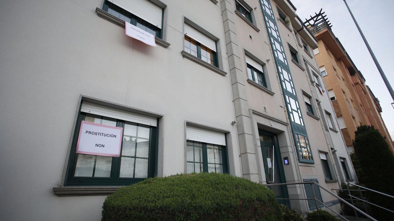 Carteles en la fachada de un edificio de la Rua Ona de Chave en contra del proxenetismo