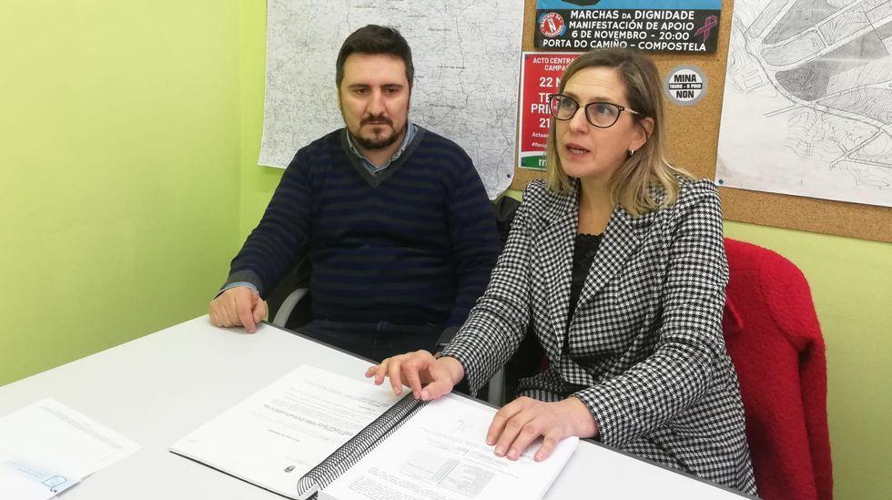 El concejal de Economía, Javier Cuesta, junto a la edil de Deportes, Concepción Méndez, en el pleno municipal de Oviedo.