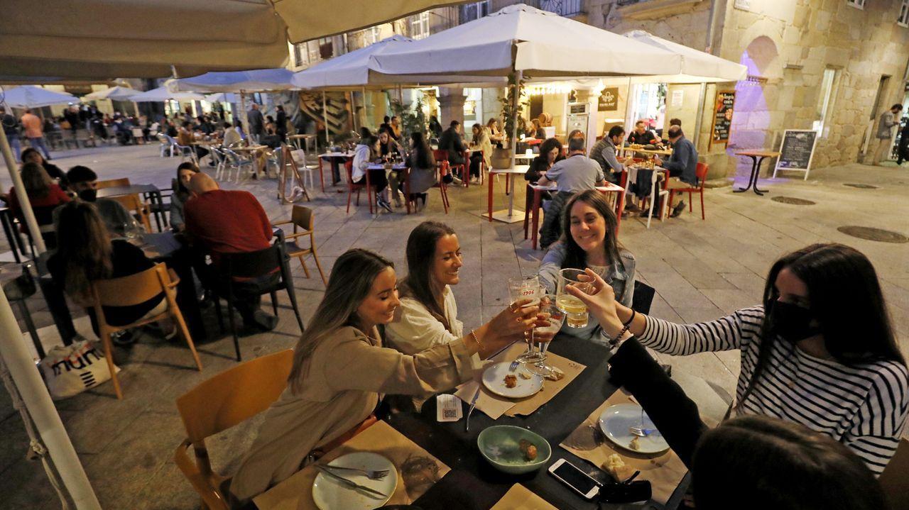 Tania García Méndez, tercera por la izquierda, al lado del chef del restaurante Oria, Xabi Goikoetxea, y de Martín Berasategui