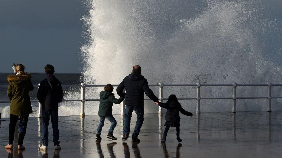 Alumnos en el pasillo, con una clase vacía a la derecha.El temporal marítimo dejó un fuerte oleaje en Gijón