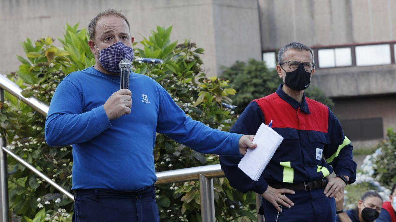 Manifestación de los trabajadores de la planta de Servia en Porto do Son.Representantes del comité de empresa de Alcoa hablan a los trabajadores en una asamblea
