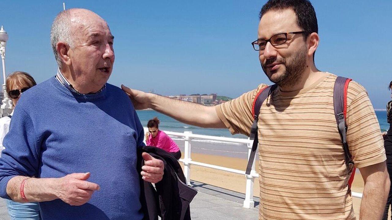 Jacinto Leira, con Tomás García Morán, en el paseo del Muro de Gijón