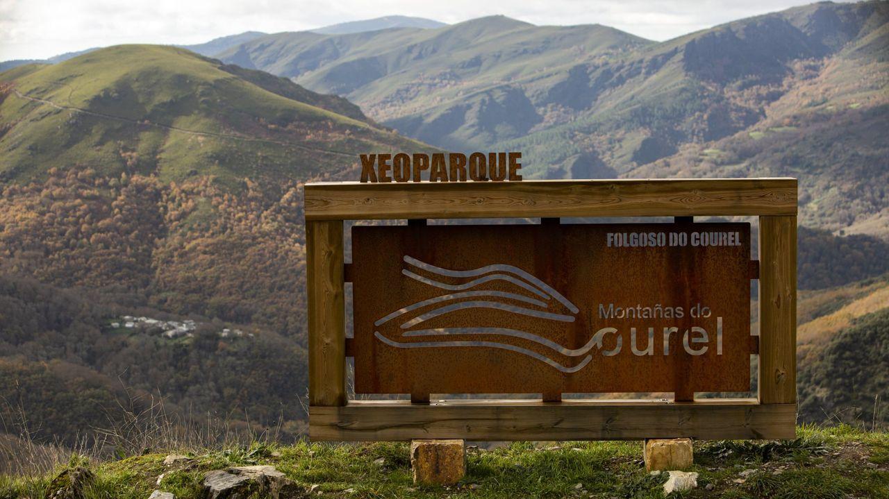 Incendio en Folgoso do Courel.Un letrero con el logo oficial del geoparque frente al bosque de la Devesa da Rogueira, en el municipio de Folgoso do Courel
