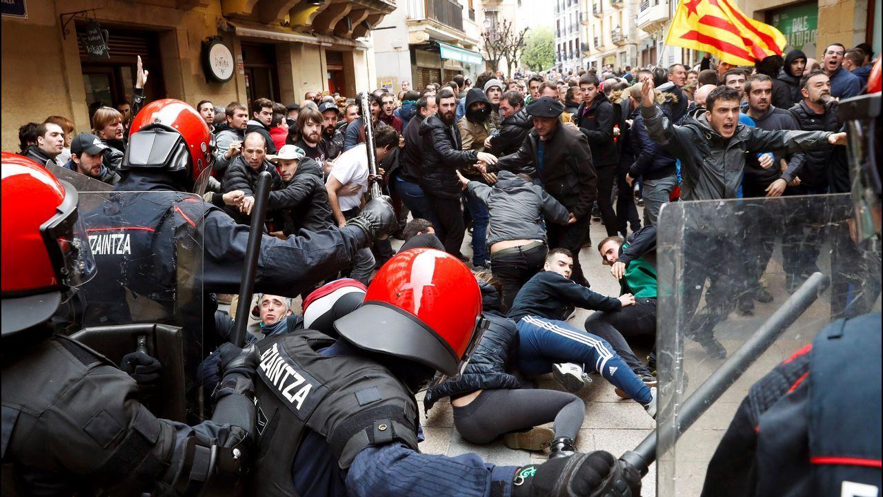 La Ertzaintza cargó contra los manifestantes para proteger al candidato de Ciudadanos, Albert Rivera, en Rentería