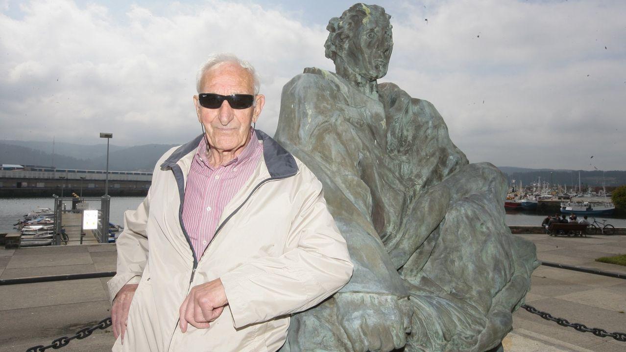 Antonio Lage,  Antón da Amora , en una fotografía de junio de 2010, en el Monumento ao Náufrago de Celeiro