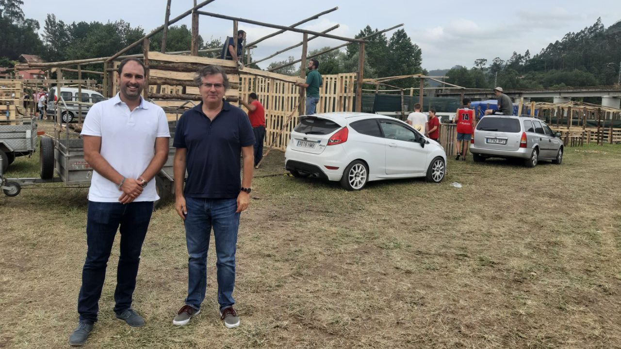 Calviño: «La falta de Gobierno operativo tiene un coste».David Álvarez (izquierda), alcalde de Pravia, e Higinio Iglesias (derecha), de la Cofradía del Xiringüelu
