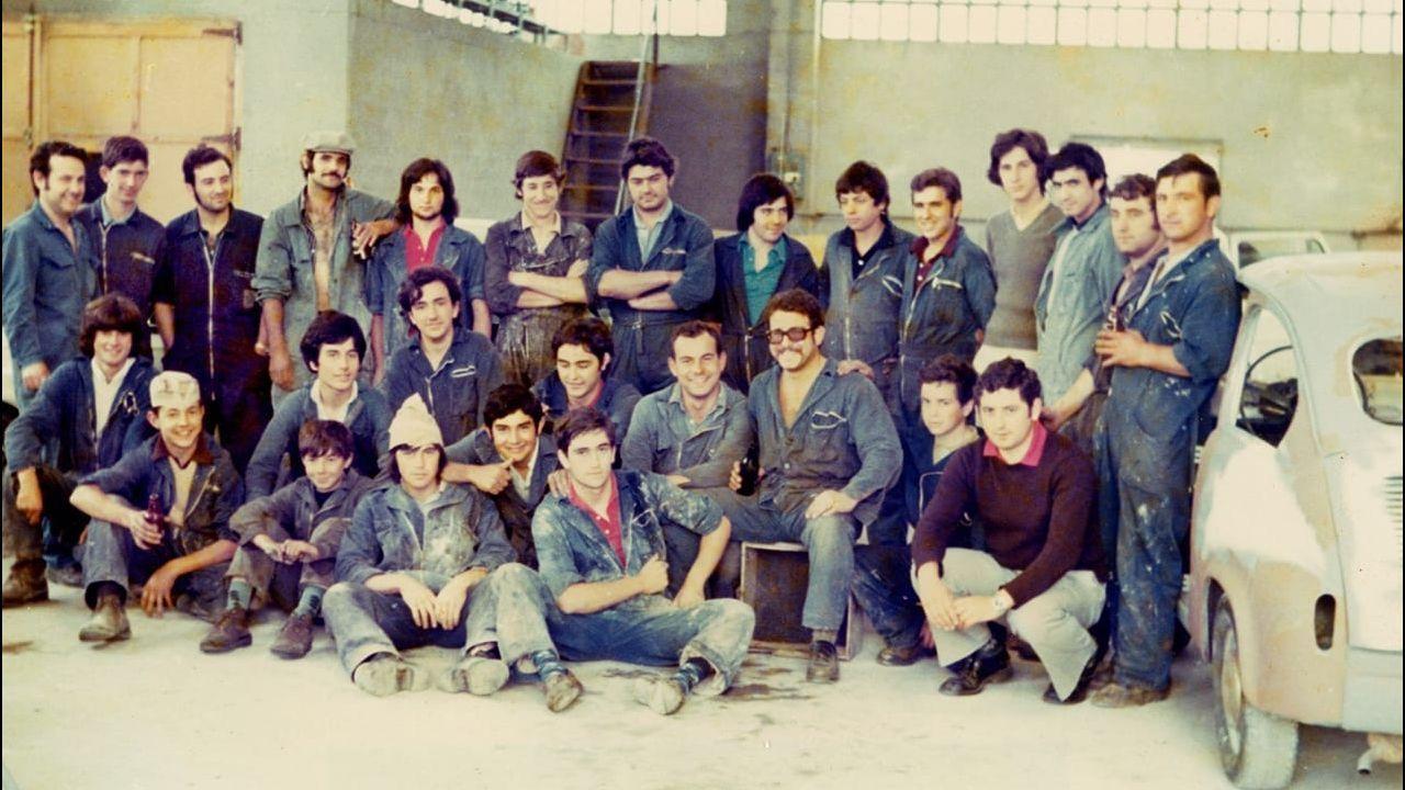José Antonio Álvarez es el primero por la izquierda, de pie. La imagen corresponde a una foto de familia de la plantilla de Talleres Dumbo en el año 1975