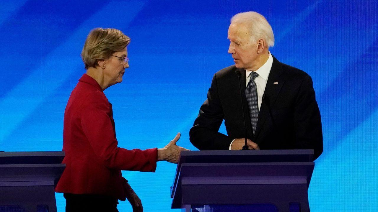 Elizabeth Warren estrecha la mano de Biden, durante un debate el pasado febrero