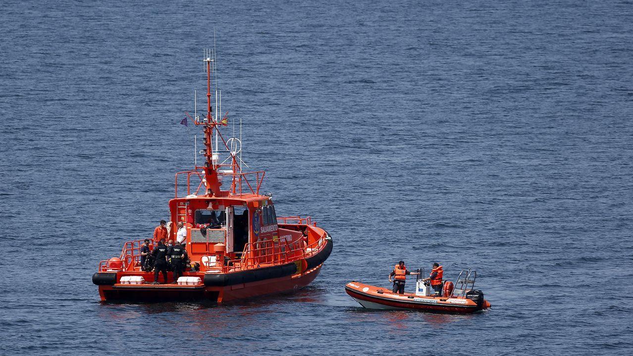 La Salvamar dando apoyo a los buzos de Salvamento Marítimo