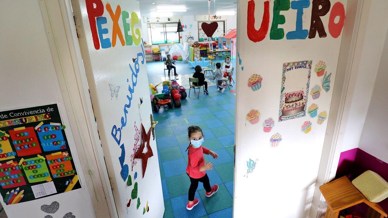Fonteboa clausuró el curso 2021-2022. ¡Mira las imágenes!.Una niña con mascarilla en un colegio de Tui, en una foto de archivo