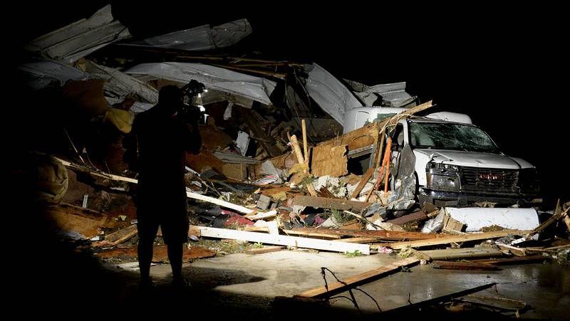 Un tornado arrasa varias poblaciones de EE.UU..Manuel Núñez, ayer junto a la estatua del poeta Ramón Cabanillas, en Cambados.