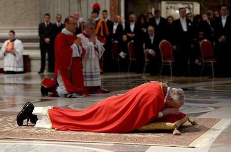 Otro de los gestos impactantes de Francisco: tenderse en el suelo para orar.