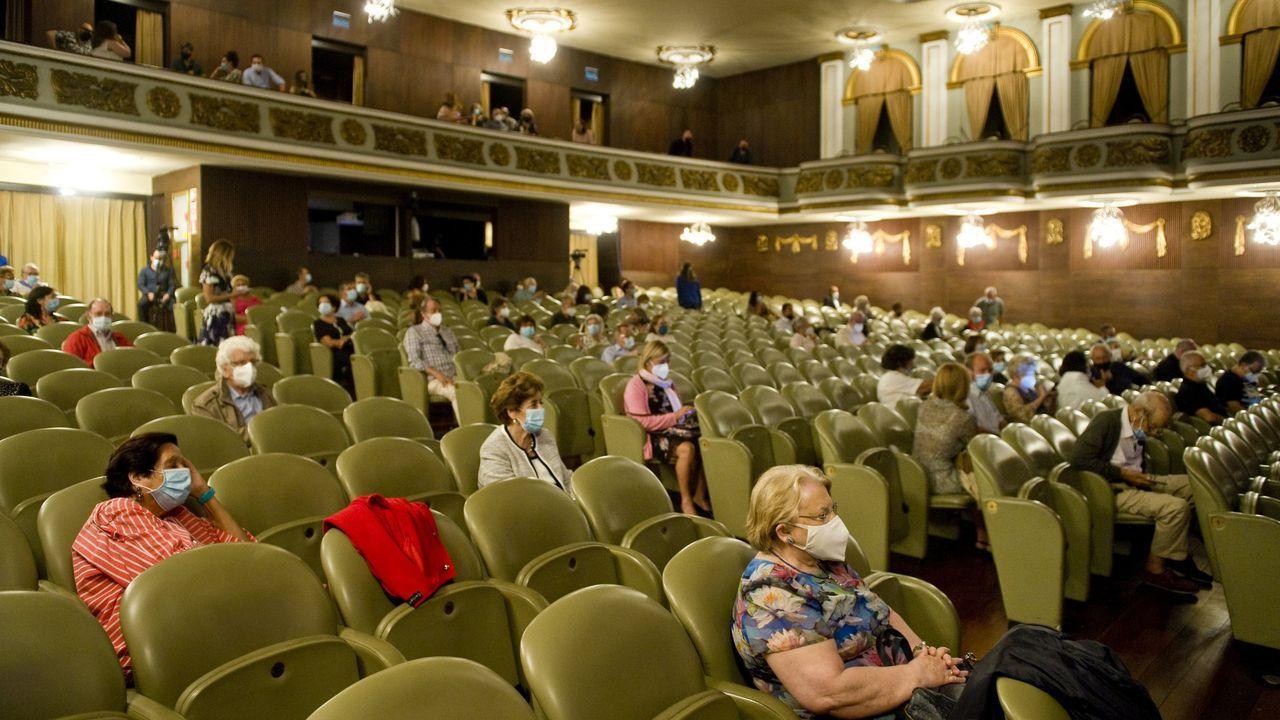 Luis Margusino, jefe de sección del servicio de Farmacia del Chuac, recogiendo el primer premio de los Premios de Investigación sobre VIH e/ou outras infeccións de trasmisión sexual 2020.Imagen de archivo de una actuación en el Teatro Colón con un aforo máximo de 60 personas