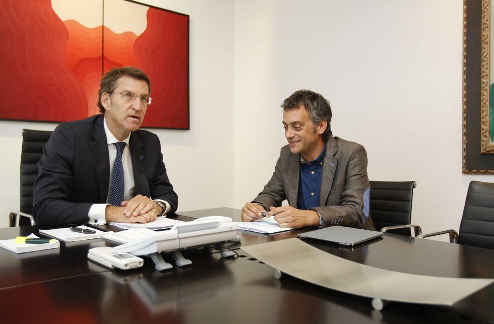 Alberto Núñez Feijoo y Xulio Ferreiro al comienzo de su encuentro en San Caetano.