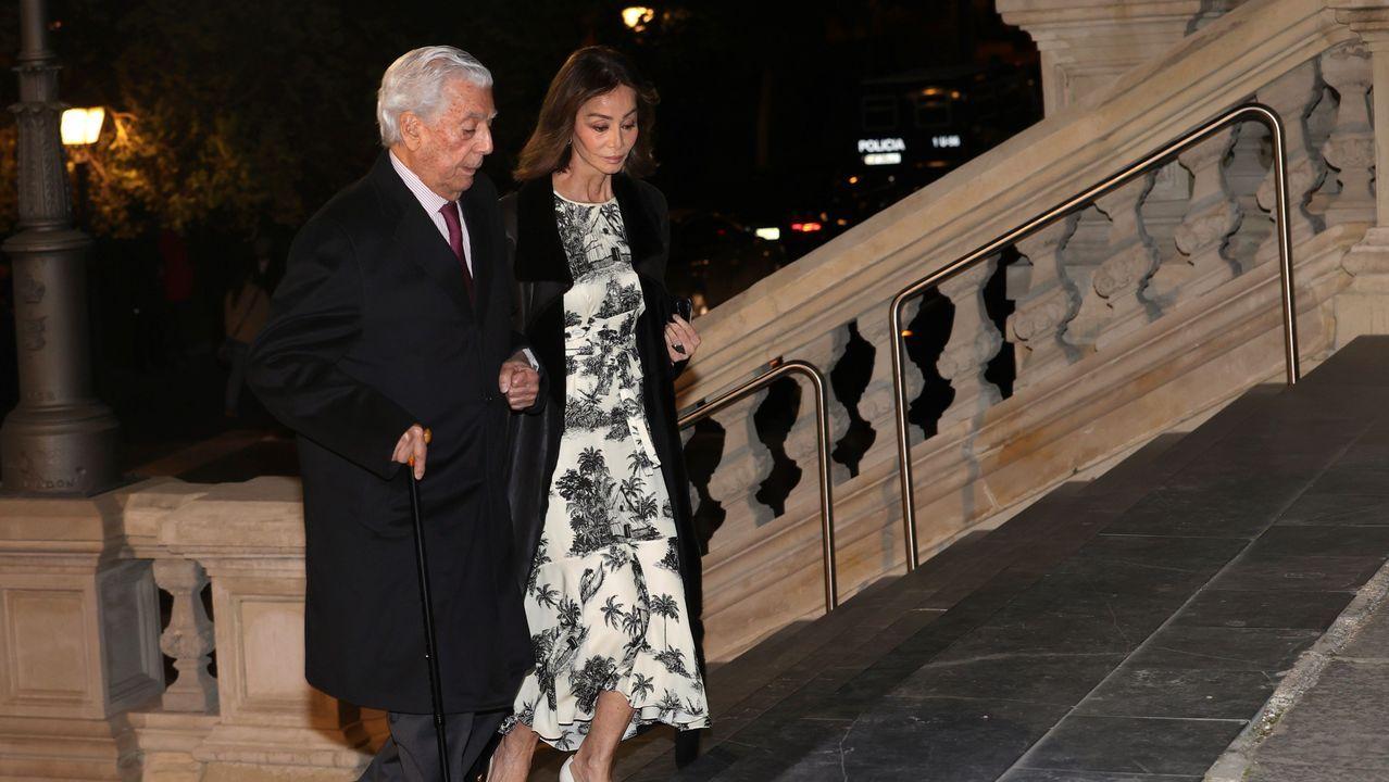 El escritor Mario Vargas Llosa y su pareja Isabel Preysler asisten este miércoles al funeral del empresario Plácido Arango, fallecido el pasado 17 de febrero a los 88 años. EFE/JUANJO MARTÍN