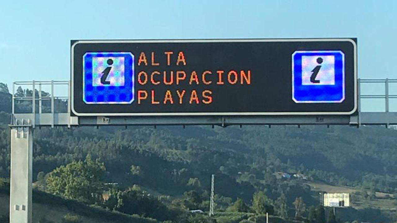 Tráfico, carreteras, señal.Los carteles de las carreteras alertan del lleno en las playas