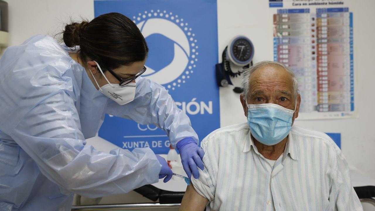 Jornada de vacunación masiva para los gallegos de entre 60 y 65 años.Vacunación en el centro de salud de O Carballiño este Jueves Santo