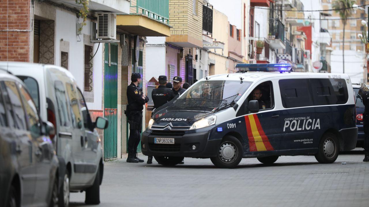 whatsapp.Registo de la casa en un barrio de Sevilla donde vivía  el yihadista detenido en Marruecos y que presuntamente pretendía atentar en la Semana Santa de Sevilla