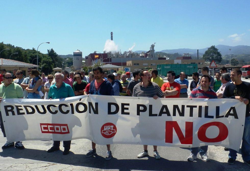 Trabajadores de Ence-Navia, en una concentración contra la reducción de plantilla en la fábrica.