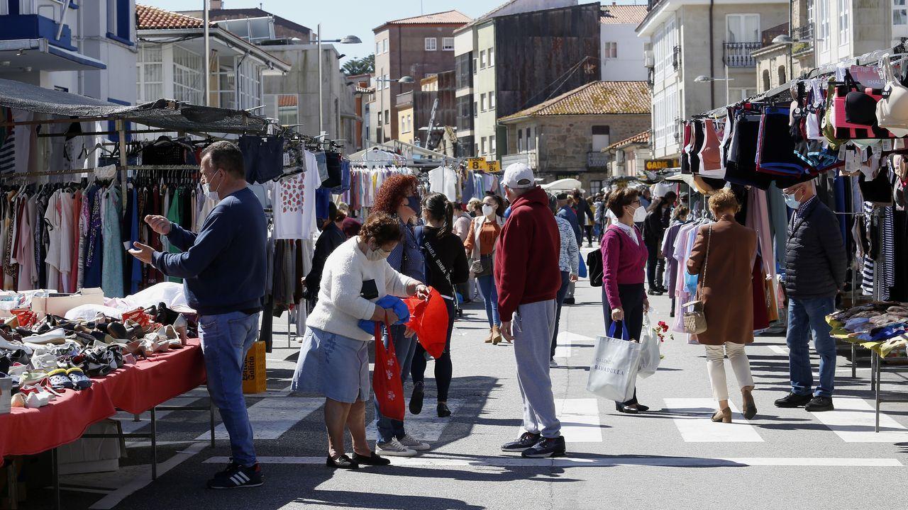A Pobra celebró ayer su mercadillo semanal en el casco urbano
