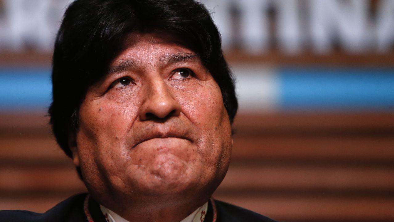 Un grupo de pasajeros consulta los vuelos en el Aeropuerto de Asturias.Evo Morales, durante una rueda de prensa en Buenos Aires el pasado febrero