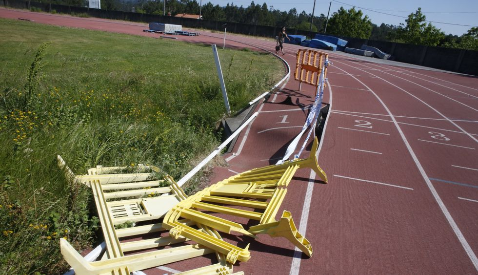Las pistas de atletismo de As Canteiras presentan varios socavones por todo el recorrido.
