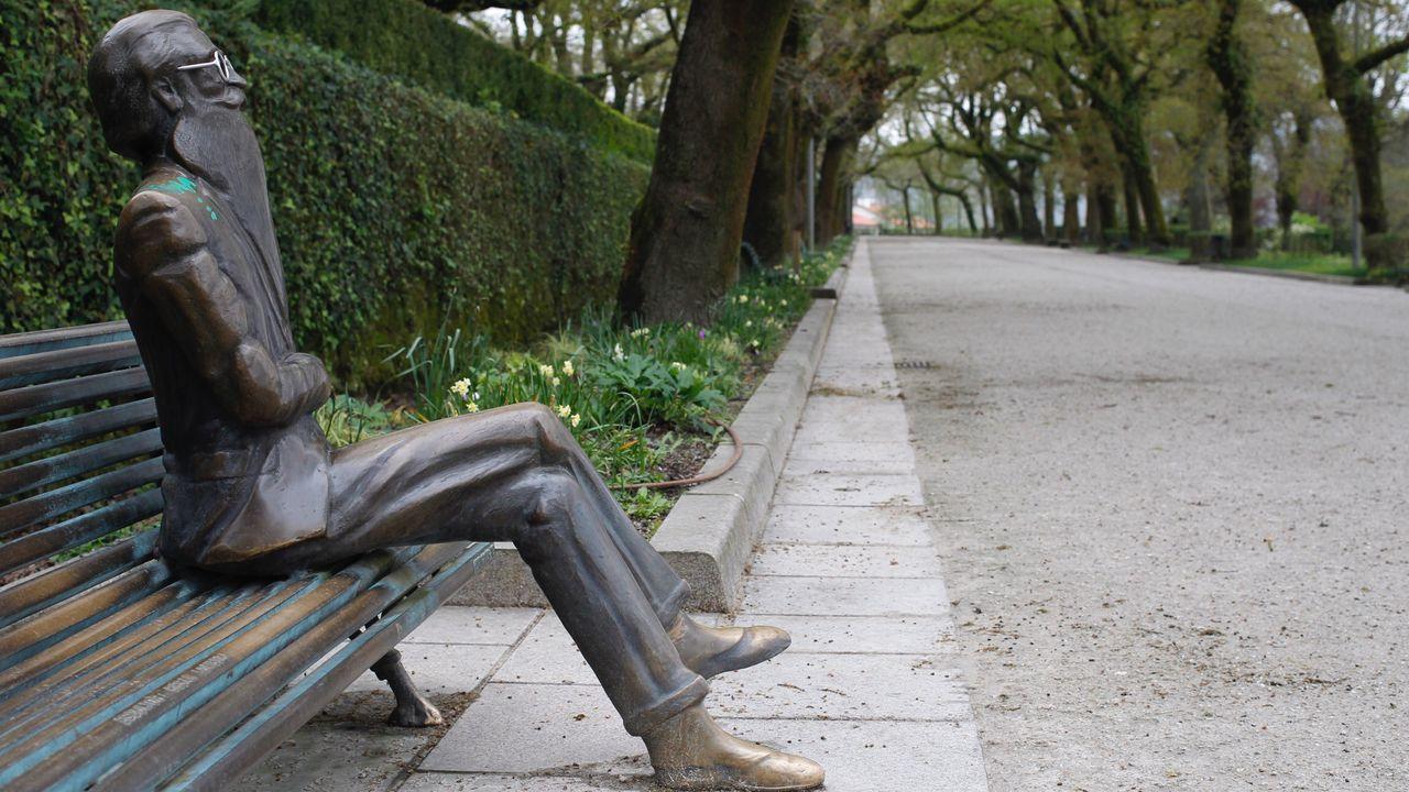 La estatua de Valle Inclán, en el paseo de los leones de la Alameda compostelana, no tiene compañía hoy