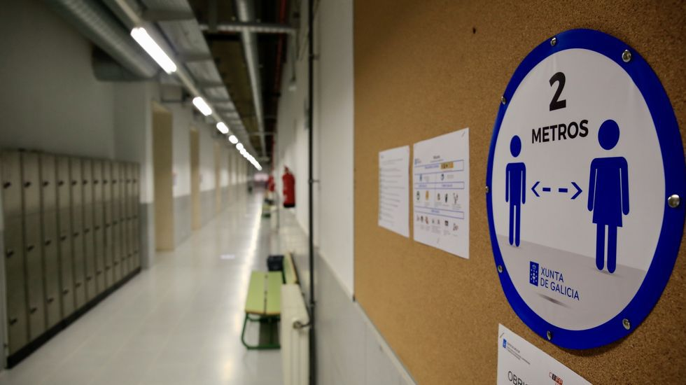 Un instituto gallego con las pegatinas de las distancias de seguridad en los pasillos