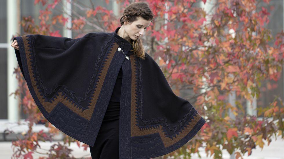 «Tesouro aldeán» é o título da peza que gañou o premio Artesanía de Galicia. Trátase dunha capa contemporánea inspirada nunha lensa antiga de Portomarín, que formaba parte do traxe de garda aldeán