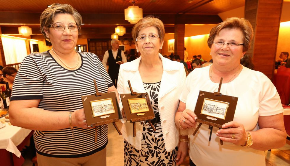 Mª. Jesús Varela, Josefa Amado y Mª. del Carmen Figueiras, con las placas que recibieron ayer.