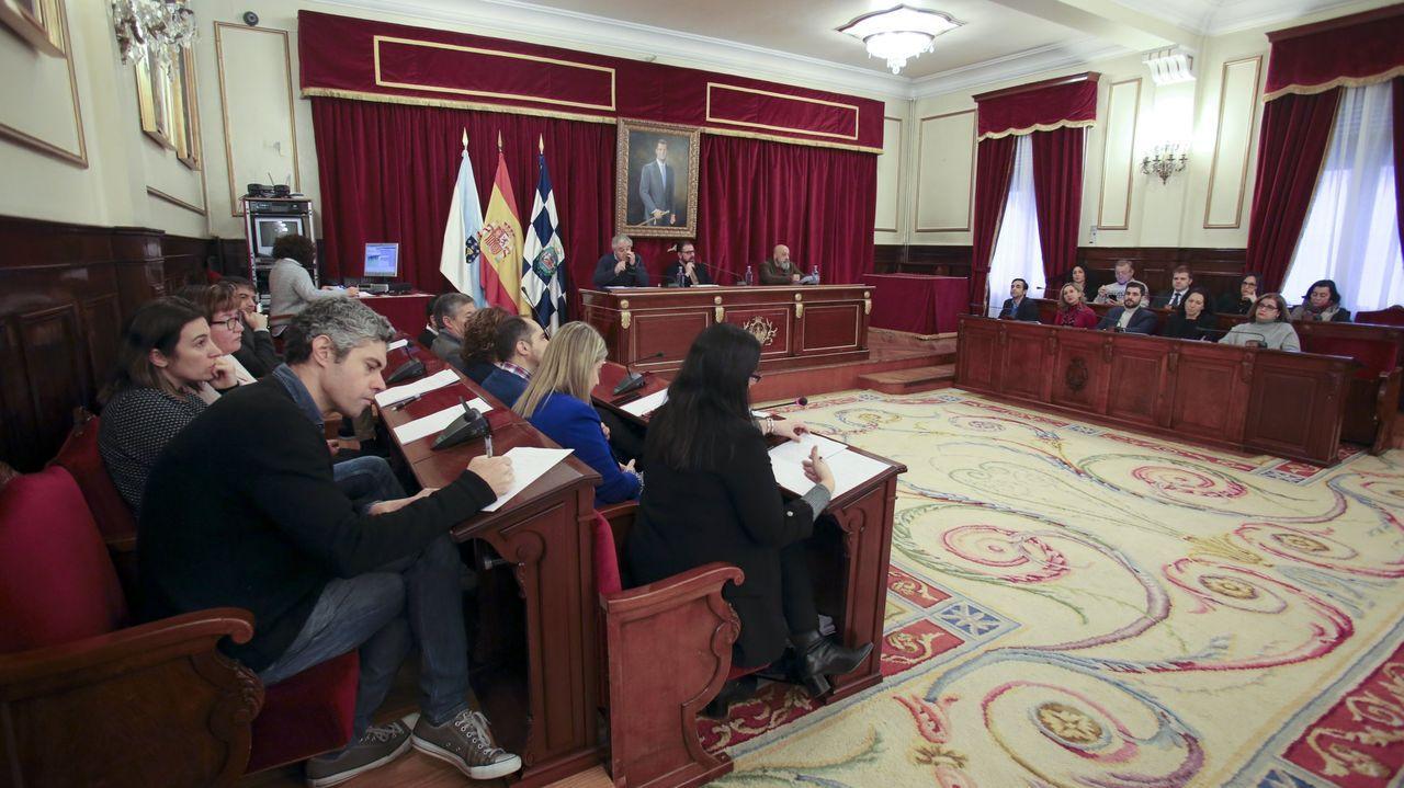 Foto de archivo de un pleno de la corporación municipal de Ferrol celebrado antes de la pandemia, cuando no había que guardar la distancia de seguridad