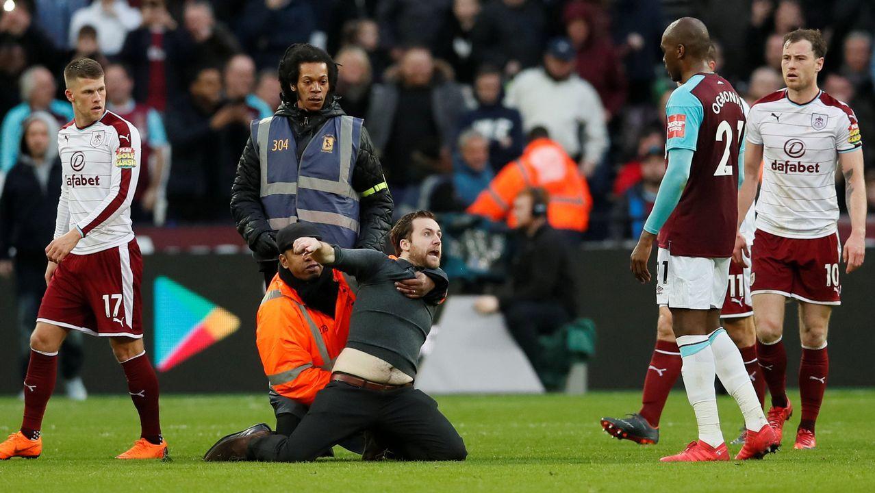 Los ultras del West Ham saltan al campo e intentan agredir a sus jugadores