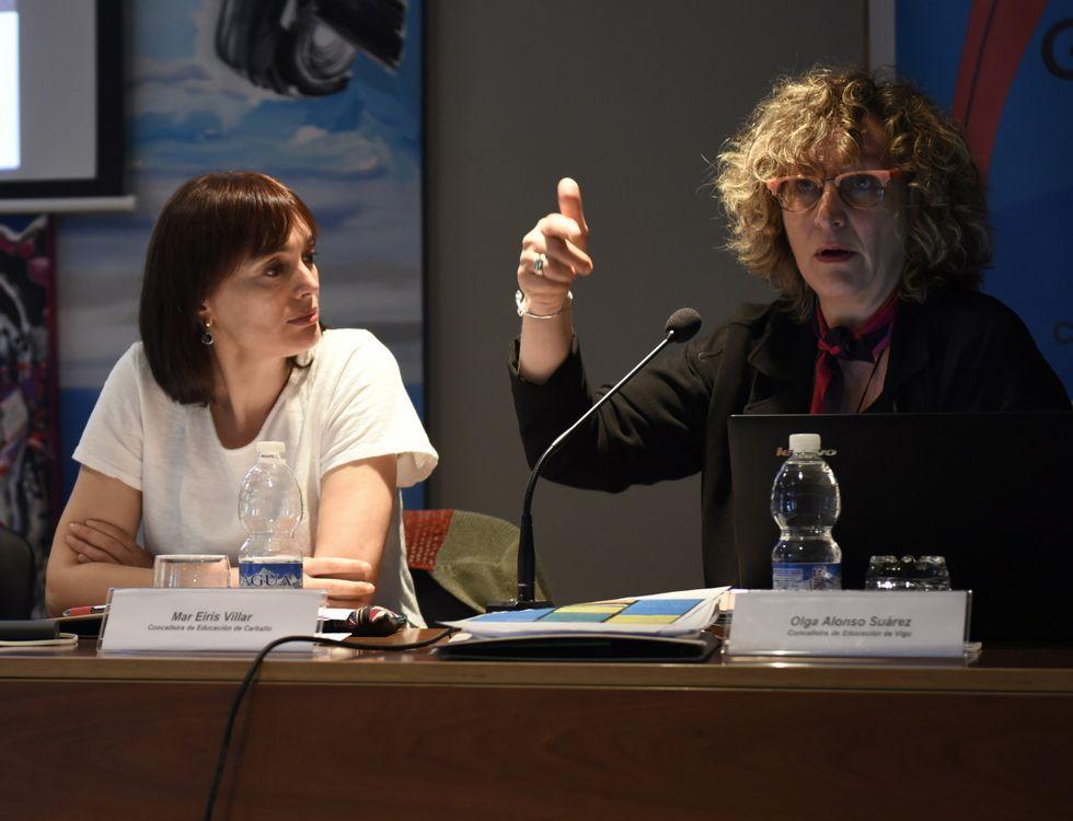 La edila carballesa de Educación, Mar Eirís, y su homóloga viguesa, Olga Alonso, durante la sesión de ayer
