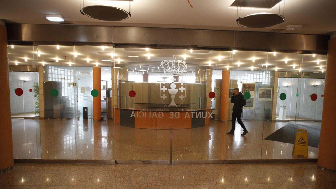 Pasillos del edificio central de la Xunta, en Santiago, vacíos este lunes