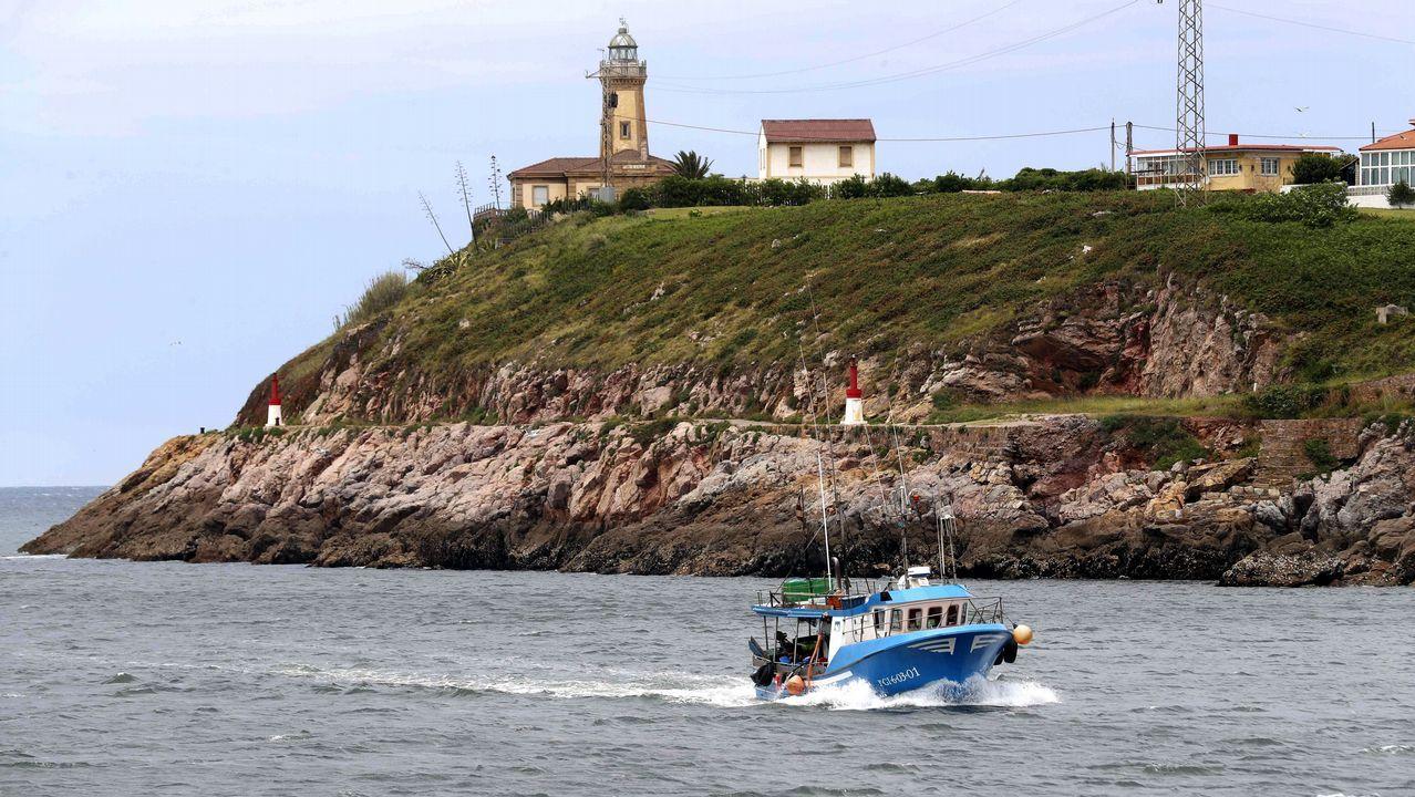 Un barco pesquero entra en el puerto de Avilés.