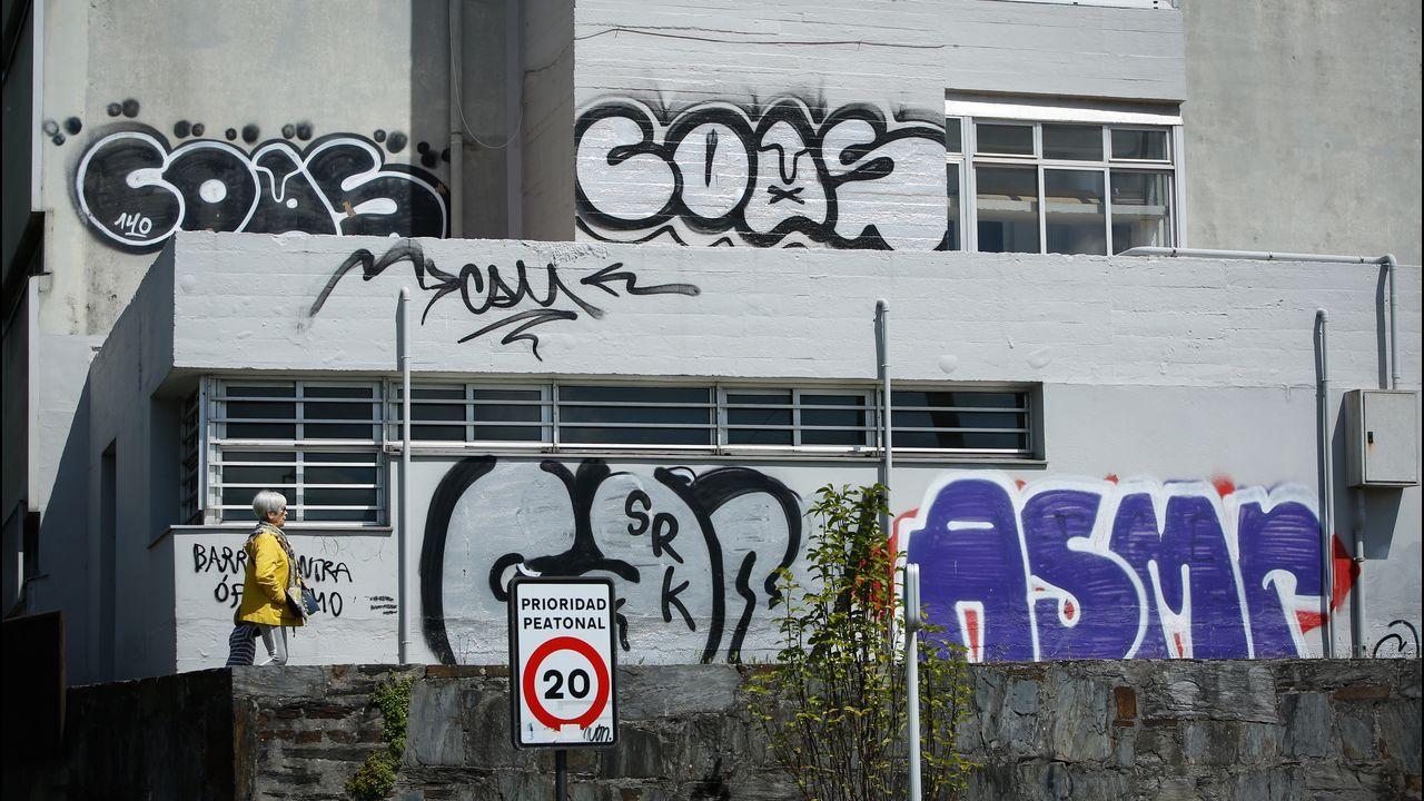 Pintadas en vagones estacionados en vía muerta en la estación coruñesa de San Cristóbal.