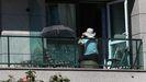 Una mujer en un balcón en Santiago