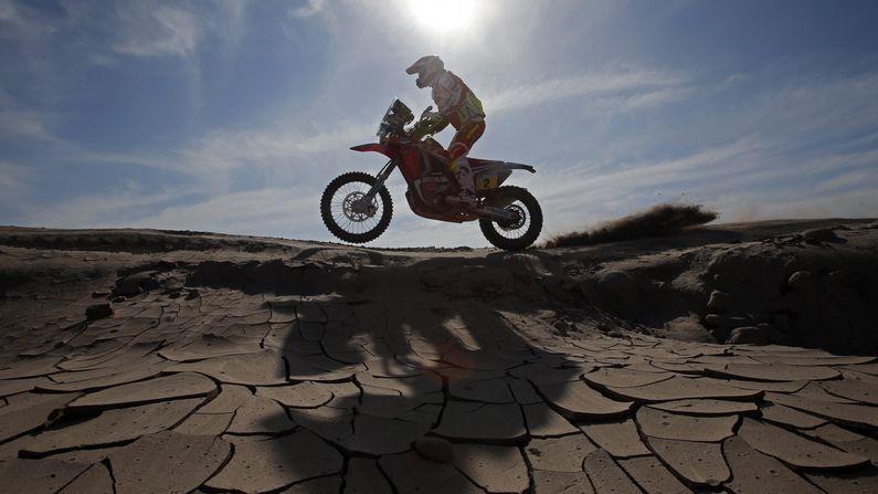 Triunfo español en el Dakar.Alonso, durante su preparación con Toyota en Polonia
