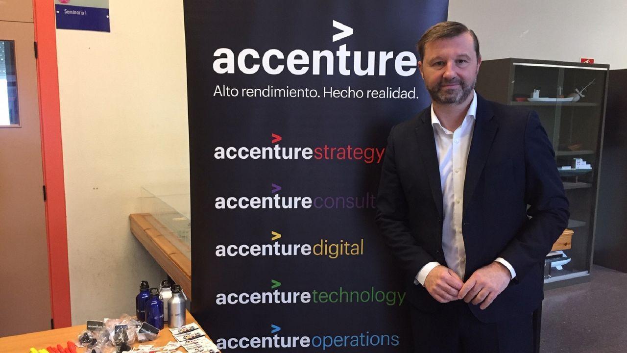 José Luis Costales, directivo de Accenture, visitó ayer el campus para intentar captar talento joven para su empresa