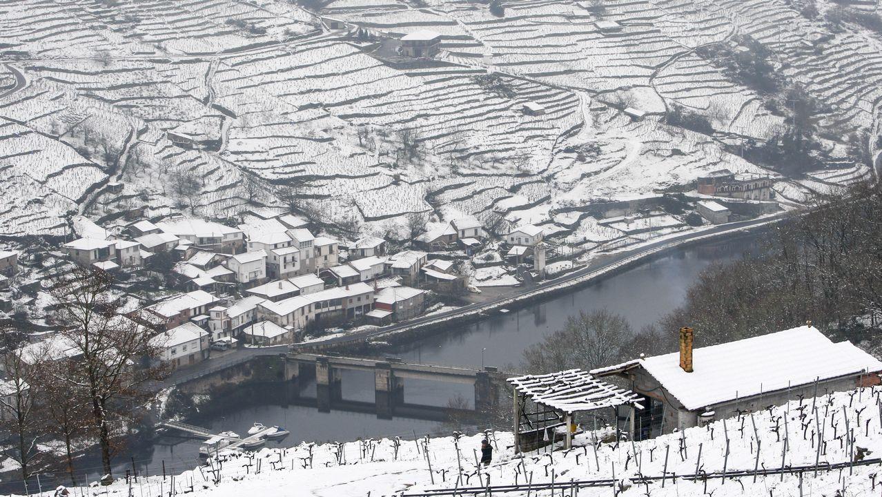 Así se vive el invierno en un hotel a 1.800 metros de altitud.Bancales cubiertos de nieve en las ribeiras de A Ermida -en Chantada, a la derecha- y Belesar, en O Saviñao
