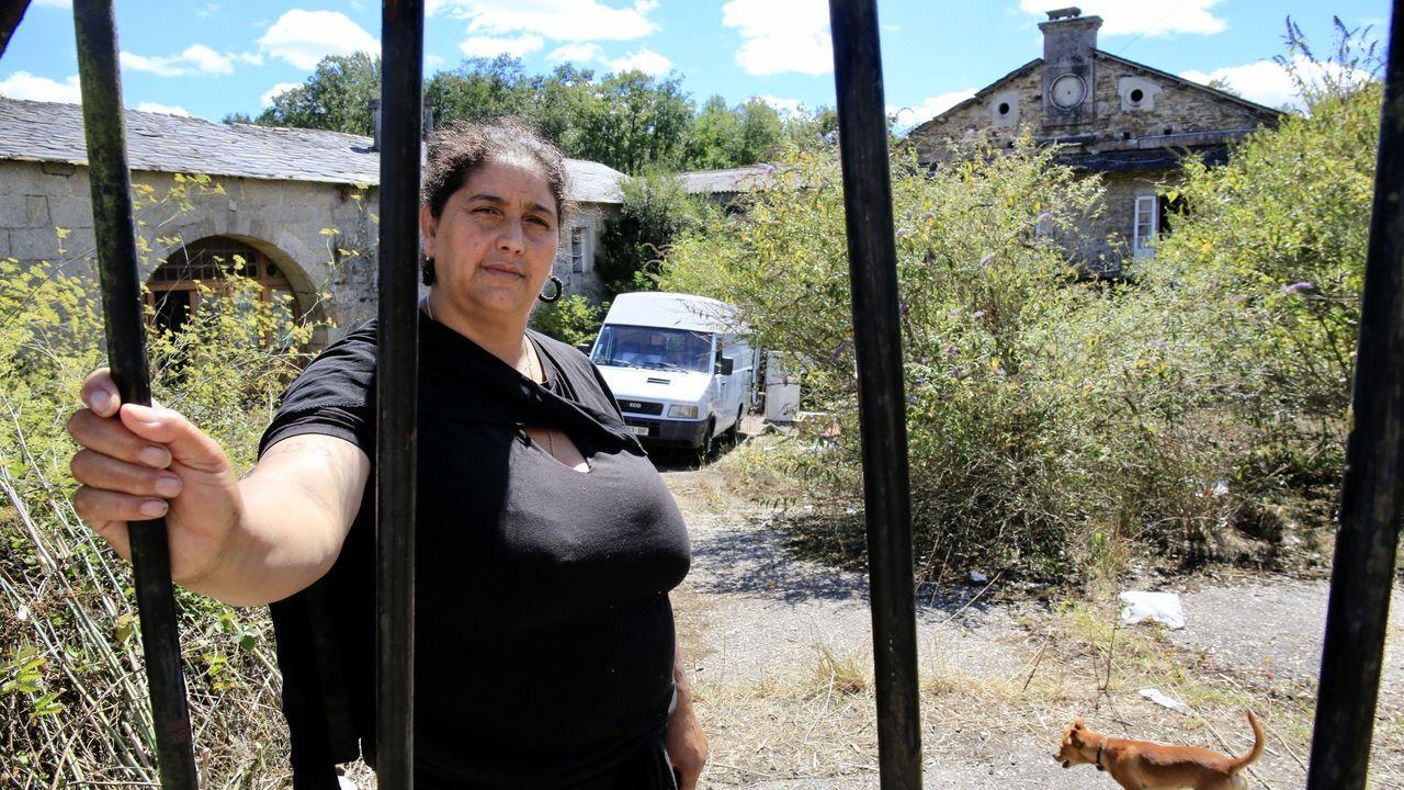 Sofás, lavadoras, colchones... de punto de recogida de plásticos agrícolas a vertedero incontrolado.Elisa, una de las mujeres que okupan el pazo de A Fervedoira