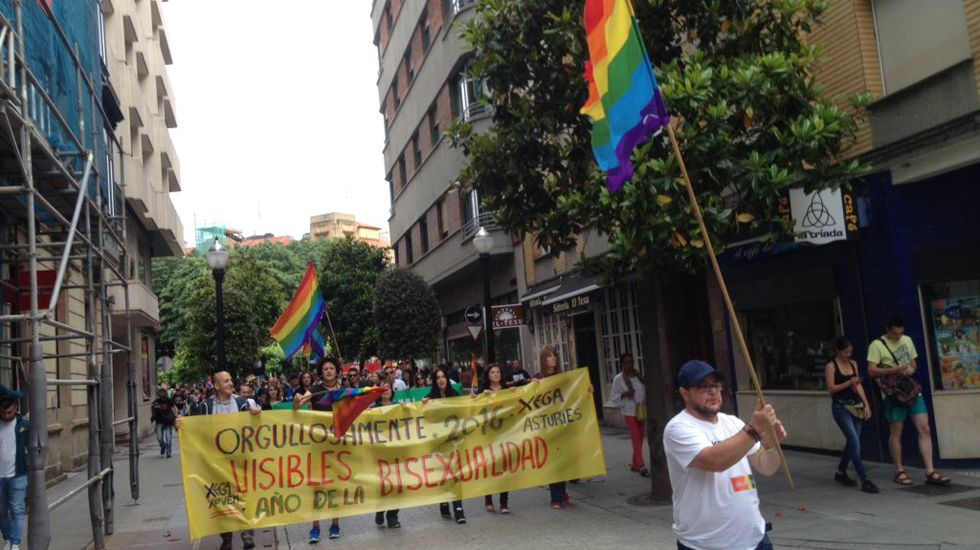 Manifestación Orgullo LGTB Gijón.Gabino de Lorenzo recogiendoen 1998 el premio Ladrilla Rosa