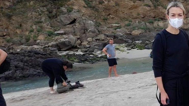 Los robots anticovid, en marcha.Marta Ortega y sus acompañantes llegaron hasta la playa de Seiruga, Barizo (Malpica)