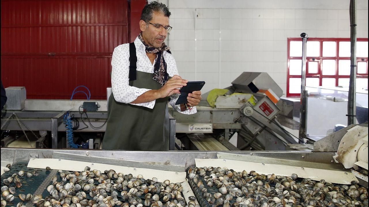 El cocinero Paco Roncero compartió jornada de trabajo con las mariscadoras noiesas