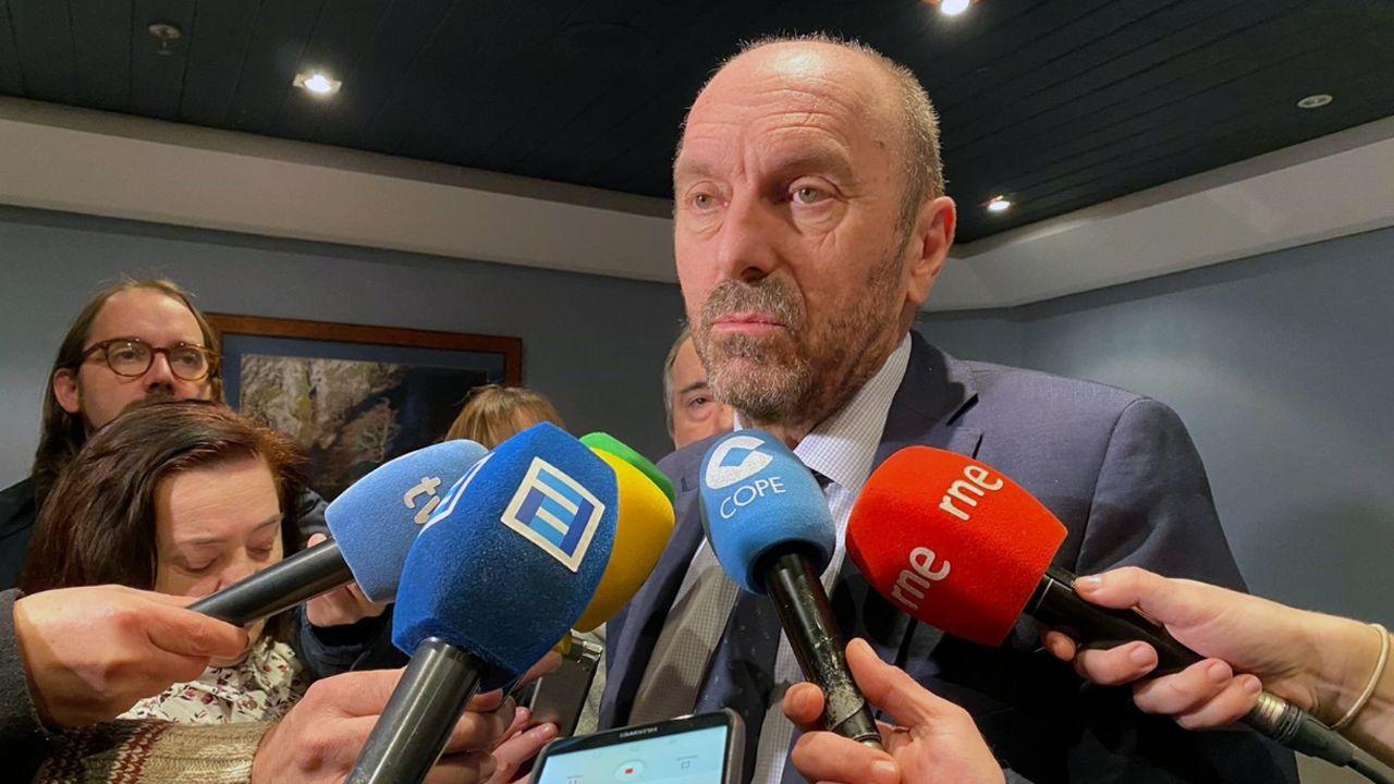 Banderas de los concejos asturianos.El vicepresidente y consejero de Infraestructuras, Medio Ambiente y Cambio Climático del Principado de Asturias, Juan Cofiño.
