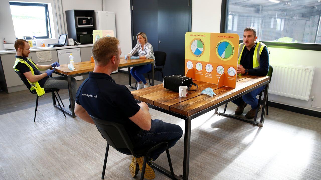 La sala de descanso de una fábrica irlandesa se ha adaptado a las normas de distanciamiento