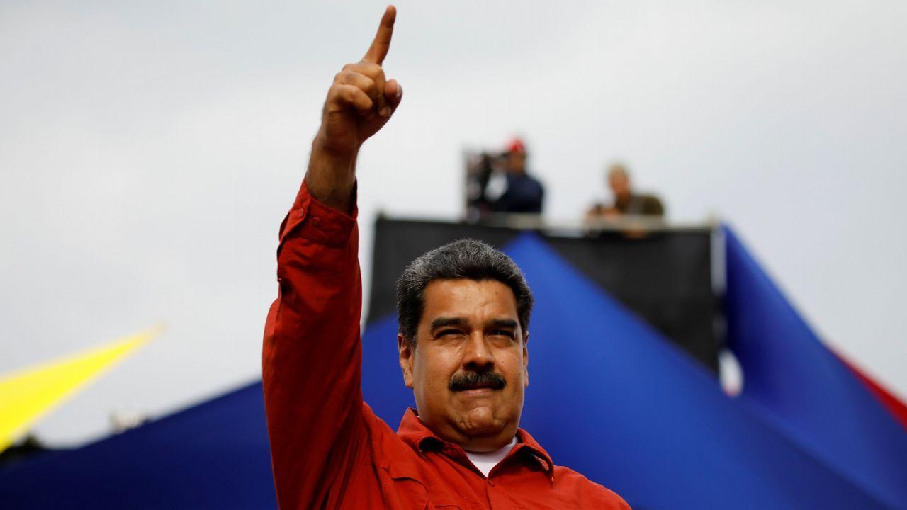 Una mujer con una de las urnas que seran utilizadas en las elecciones presidenciales de Venezuela, el 20 de mayo